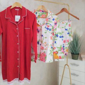 Robe de nuit rouge et pyjama fleuri
